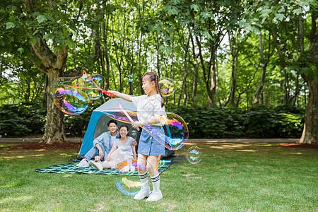 一家人野营孩子玩吹泡泡图片