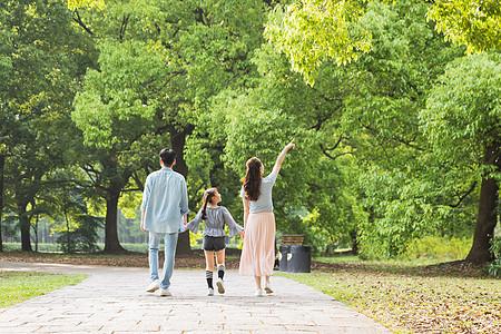 一家人公园散步图片