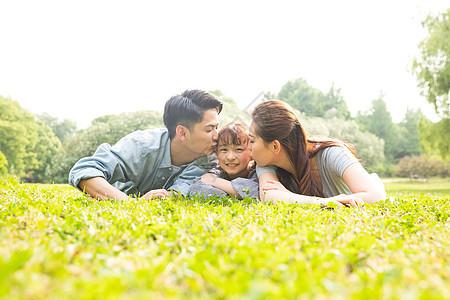 一家人趴在草地上图片