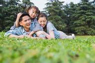 一家人在草地上休息图片