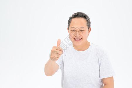 举起大拇指的老年人图片