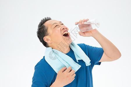 运动后饮水的老年人图片