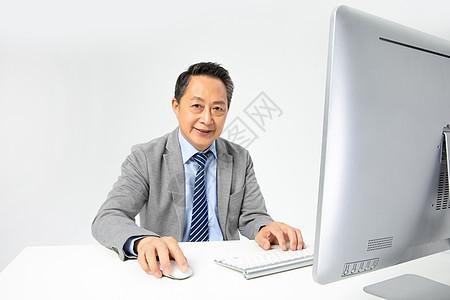 使用电脑的老年企业家图片