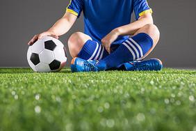 世界杯足球运动员坐在草地上图片