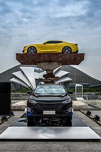 展览中心广场上展示的车辆图片