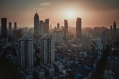 黄昏中的城市高楼图片