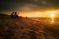 海南海边欣赏日落美景的 图片