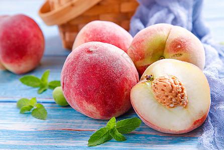 成熟的水蜜桃图片