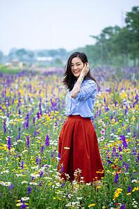 花团锦簇围绕的美女写真图片