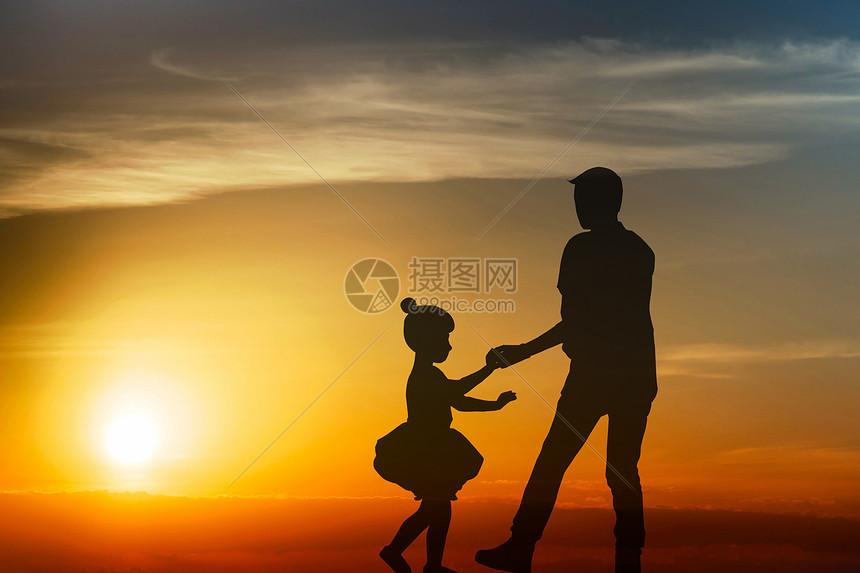 夕阳下情侣的剪影图片