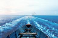 船行驶在海平面上图片