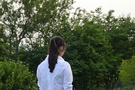 沉思的女学生图片