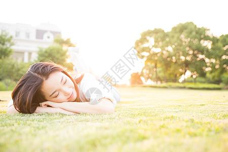 毕业季青春大学生草地上休息图片
