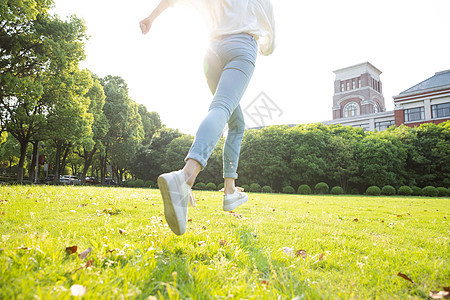 毕业季青春学生奔跑特写图片