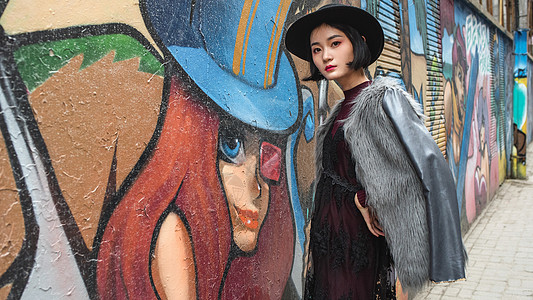 穿皮草的个性女孩站在街头图片
