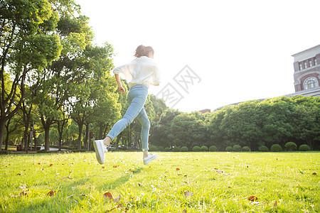毕业季青春学生草地奔跑图片