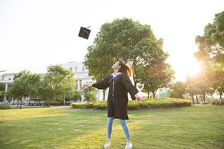 毕业季青春大学生扔学士帽图片