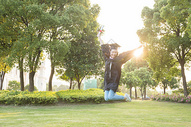 毕业季青春大学生跳跃图片