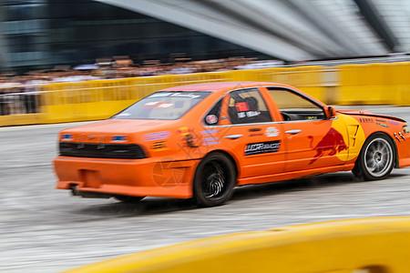 赛道上飞驰的赛车图片