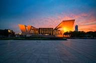 夕阳晚霞下的武汉琴台大剧院图片