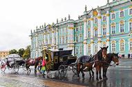 俄罗斯圣彼得堡冬宫广场上马车图片