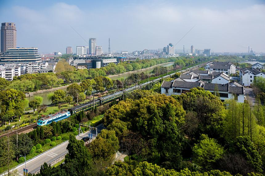 城市中的铁路图片