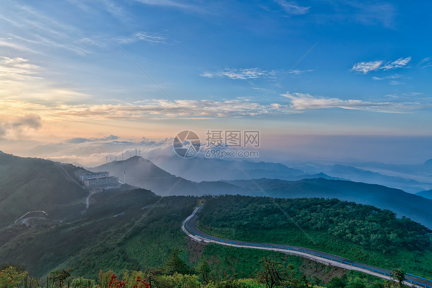 湖北咸宁九宫山山顶道路云海图片