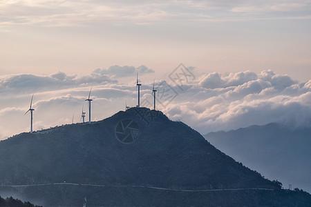 湖北咸宁九宫山顶云雾缭绕的风车图片