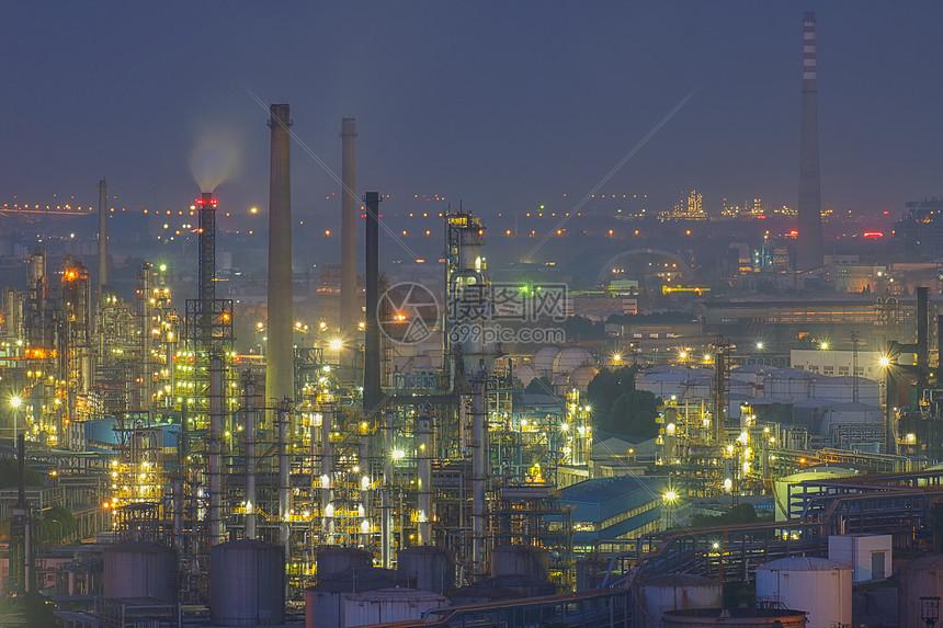 夜晚加班灯光璀璨的现代化工厂车间图片