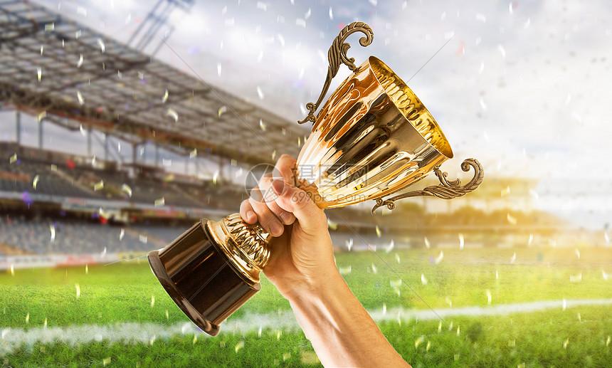 手举冠军奖杯图片