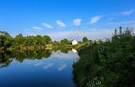 美好乡村蓝天碧水图片