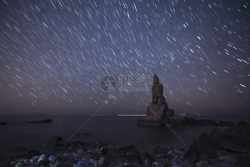 大连海边礁石星空图片