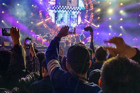 音乐节演唱会歌谣季狂热的舞台现场和观众图片