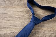 商务男士领带摆拍图片
