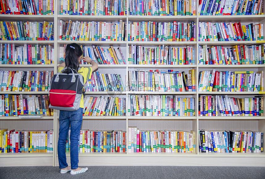 孩子在图书馆看书图片