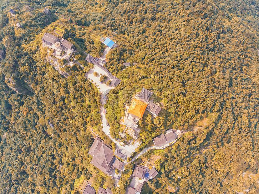 俯瞰湖北旅游景点武当山的秋天图片