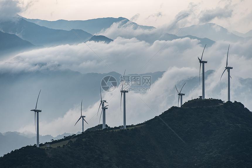 山顶云海中的发电风车图片