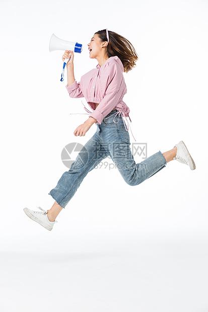 618青年女孩手拿喇叭喊话图片