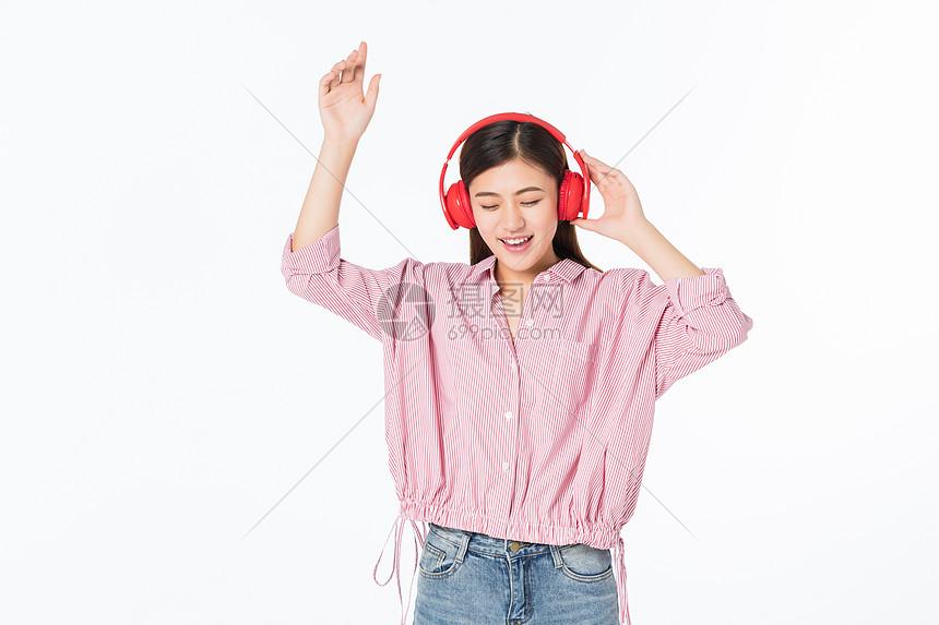 听音乐的青年女性图片