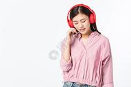 听音乐的青年女性500945371图片