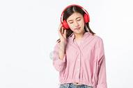 听音乐的青年女性500945374图片