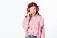 听音乐的青年女性500945375图片