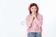 听音乐的青年女性500945379图片