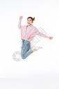 青年女孩跳跃图片