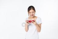 青年女孩玩手机图片