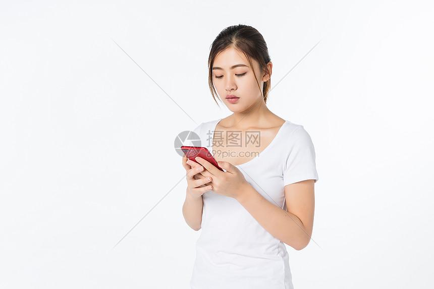 青年女孩看手机图片