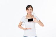 青年女孩手机展示500945437图片