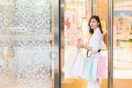 618青年女性商场购物图片