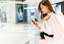 618女青年商场购物看手机图片