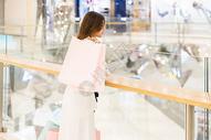 青年女性商场购物休息图片